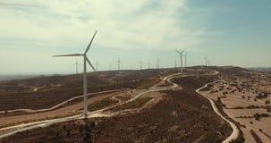 Molinoes de viento de la granja que se colocan en el desierto