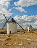 Molinoes de viento medievales en una colina Fotos de archivo libres de regalías