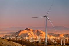 Molinoes de viento modernos en puesta del sol foto de archivo libre de regalías