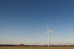 Molinoes de viento para la producción energética eléctrica renovable imagen de archivo