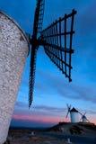 Molinoes de viento que consiguen obscuridad en la ciudad de Consuegra foto de archivo libre de regalías