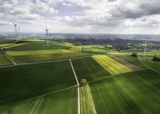 Molinoes de viento que giran una ladera alemana Fotos de archivo