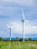 Molinoes de viento que se colocan en campos en verano Imagen de archivo