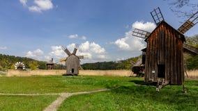 Molinoes de viento rumanos históricos cerca de Sibiu imagen de archivo