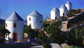 Molinoes de viento tradicionales en la isla Grecia de Leros Foto de archivo libre de regalías