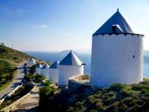 Molinoes de viento tradicionales en la isla Grecia de Leros Imagen de archivo libre de regalías