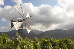 Molinoes de viento tradicionales en la meseta de Lasithi crete Grecia fotos de archivo libres de regalías