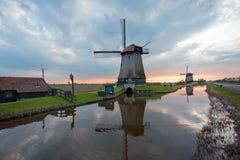 Molinoes de viento tradicionales en un paisaje holandés en Países Bajos Fotos de archivo libres de regalías