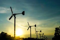 Molinoes de viento, turbina de viento y cielo en el centro de ocio de Bangpu imagen de archivo