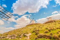 Molinoes de viento viejos en la colina Foto de archivo