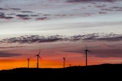 Molinoes de viento vistos en el amanecer Foto de archivo libre de regalías