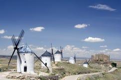 Molinoes de viento y castillo, Consuegr Imagen de archivo