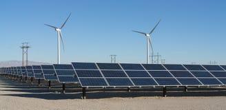 Molinoes de viento y los paneles solares en el valle Coachella fotos de archivo libres de regalías