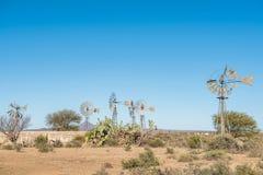 Molinoes de viento y una presa concreta Foto de archivo libre de regalías