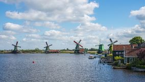 Molinoes de viento de Zaanse Schans en Zaanstad, provincia de Holanda Septentrional, Países Bajos almacen de video