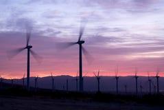 Molinos de la energía eólica en la salida del sol Imagenes de archivo