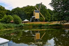Molinos de viento cerca de un lago en Arnhem Países Bajos julio foto de archivo libre de regalías