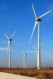 Molinos de viento delante del sol Foto de archivo libre de regalías