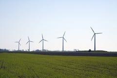 Molinos de viento en un campo verde Fotografía de archivo