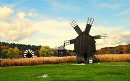 Molinos de viento en un paisaje del otoño Fotos de archivo libres de regalías