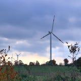 Molinos de viento en un parque del viento de la energía alternativa en Alemania septentrional fotos de archivo