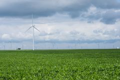Molinos de viento en una zona rural de Indiana apagado del sixity cinco de la ruta Imágenes de archivo libres de regalías