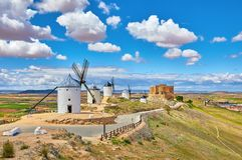 Molinos de viento y castillo de Consuegra en España Imagenes de archivo