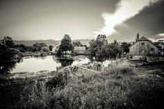 Molinos en el río Gacka de las cabeceras Fotografía de archivo