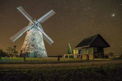 Molinos en noche, ciudad Araisi, Letonia Estrellas y noche 2012 Imágenes de archivo libres de regalías