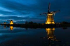 Molinos por noche en Kinderdijk, los Países Bajos foto de archivo libre de regalías
