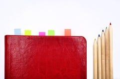 Molkerei, Notizbuch und Bleistifte auf weißem Bürohintergrund Stockfotografie