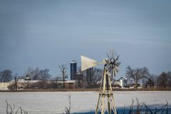 Molkereiszene des verschneiten Winters mit Windmühle, Bond County, Illinois stockfotos