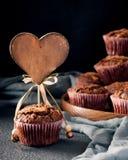 Mollete adornado con la etiqueta de madera del corazón Fotos de archivo libres de regalías