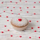 Mollete adornado con los corazones rojos Fotografía de archivo libre de regalías