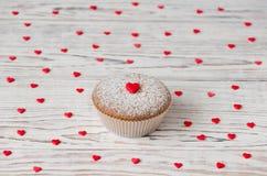Mollete adornado con los corazones rojos Fotografía de archivo