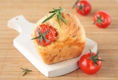 Mollete con romero y el tomate imagen de archivo