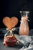 Mollete con la etiqueta de madera del corazón, bebida del cacao Fotografía de archivo libre de regalías