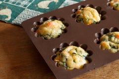 Mollete con los salmones, la espinaca y el queso en bakeware del silicón Imágenes de archivo libres de regalías