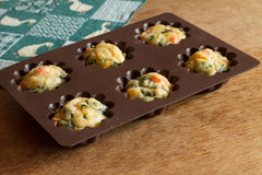Mollete con los salmones, la espinaca y el queso en bakeware del silicón Imagen de archivo libre de regalías
