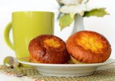 Mollete con una taza de té Imagen de archivo libre de regalías