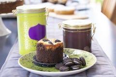 Mollete de la galleta del chocolate con las galletas foto de archivo libre de regalías