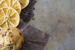 Mollete de la naranja y del chocolate en una bandeja desde arriba Foto de archivo libre de regalías