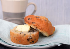 Mollete del arándano con mantequilla y café Fotos de archivo