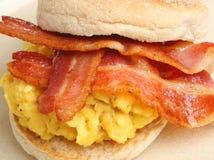 Mollete del desayuno con los huevos y el tocino Foto de archivo libre de regalías