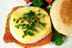 Mollete del huevo, del tocino y del queso foto de archivo