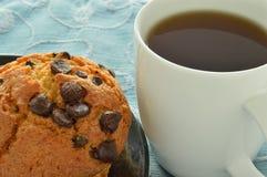 Mollete del microprocesador de chocolate y una taza de café Imagenes de archivo