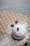 Mollete del plátano con las semillas de girasol y los arándanos secados en una servilleta con los lunares Imagen de archivo libre de regalías