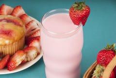 Mollete fresco de la fresa con leche de la fresa Imagen de archivo libre de regalías