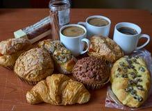 Mollete, tortas, rollo y casquillos de la pasa de la nuez del café fotografía de archivo libre de regalías