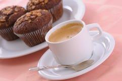 Mollete y café de la viruta de chocolate fotografía de archivo libre de regalías